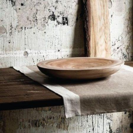 קערת עץ מונחת על מדף עץ מלא לרקע קיר טיח מתקלף - סגנון בעיצוב - וואבי סאבי
