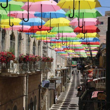 נחלת שבעה בירושלים עם הצללה של מטריות צבעוניות