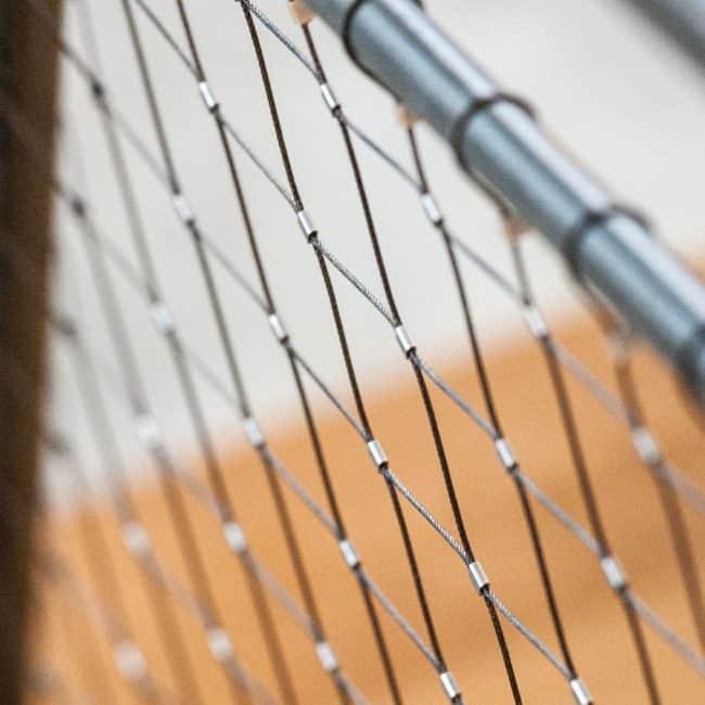 פרט ממעקה ברזל משולב ברשת נירוסטה מתיחה אקסטנדד בבית בהרצליה