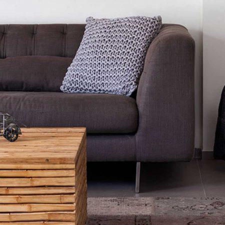 שולחן סלון מבמבוק על גבי שטיח טלאים , בסלון דירת גג בתל אביב .