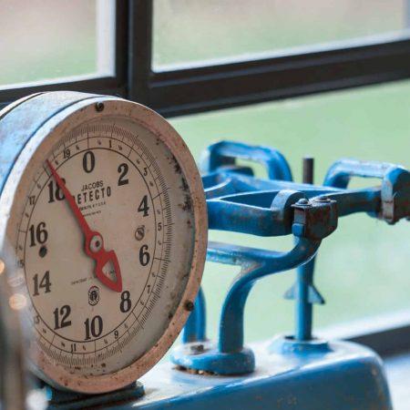 י משקל וינטג' מקורי בגוון כחול בהיר על אדן חלון מפרופיל ברזל בלגי .