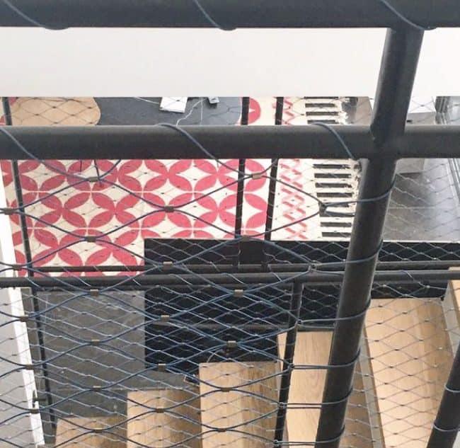 מעקה ברזל בשילוב רשת אקסטנדד מנירוסטה בבית בקיבוץ געש