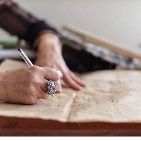 שרון אלה משרטטת סקיצה ידנית כחלק מתהליך עבודת העיצוב