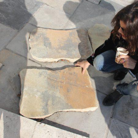שרון אלה מעצבת פנים נוגעת בחתיכות אבן טבעית