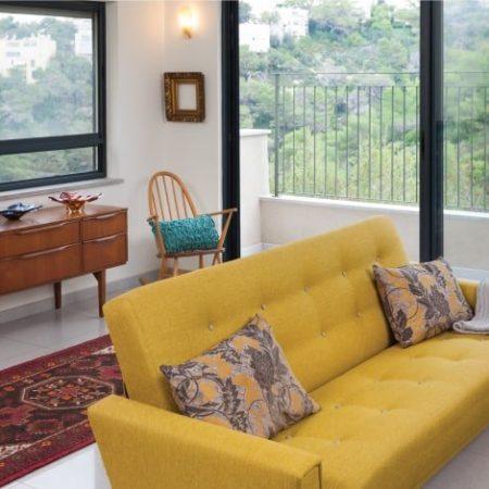 ספת וינטג' צהובה בבית פרטי בשכונת כרמליה בחיפה בעיצוב שרון אלה
