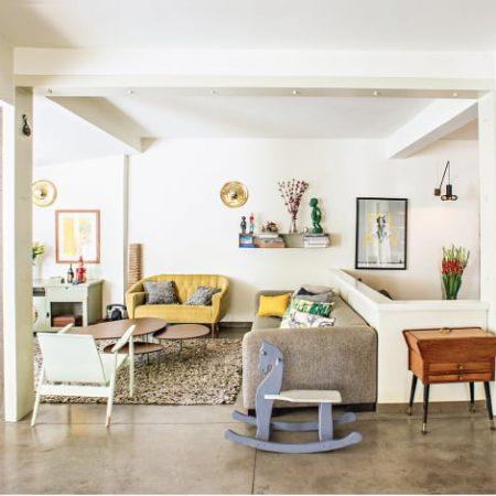 רצפת בטון מוחלק בסלון ביתה בנוף ים של מעצבת הפנים שרון אלה