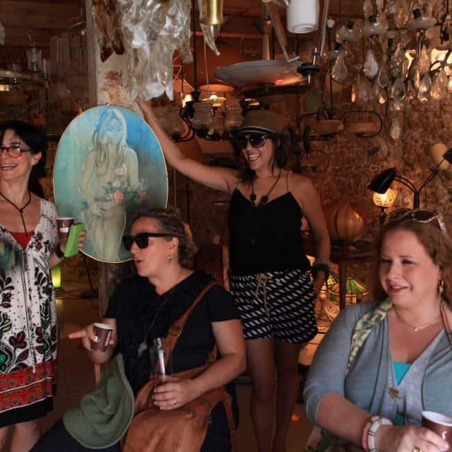 ביקור בחנות תאורה בשוק הפשפשים במהלך סיור מעצבות פנים בדרום תל אביב, עם שרון אלה