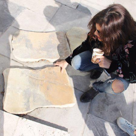 שרון אלה בודקת סוגי אבנים טבעיות בסיור חומרים