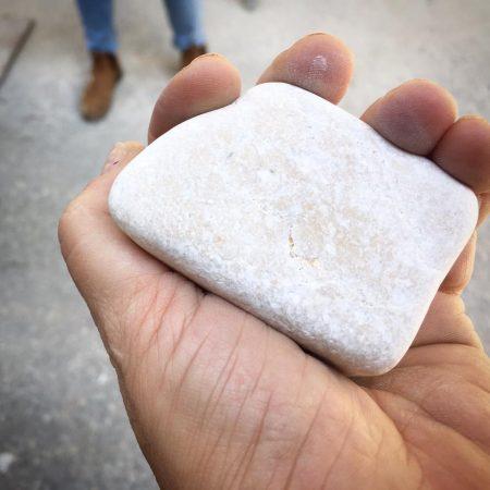 שרון אלה מחזיקה בידה אבן טבעית לחיפוי וריצוף