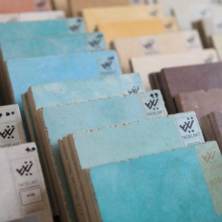 לוחות של דוגמאות טיח טאדלאקט בסיור של קורס ספריית החומרים של שרון אלה