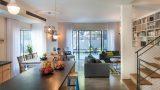 מבט על הסלון מהמטבח בפרוייקט הרצליה