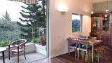 פרקט עץ מלא בחלל הדירה בתל אביב לצד אריחי בטון מעוטרים במרפסת , בעיצוב שרון אלה