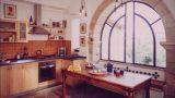 רצפת צפחה , פרופיל בלגי בחלונות , עץ מייפל במטבח , בבית ערבי בן 120 שנה בירושלים במלחה הישנה בעיצוב ותכנון של שרון אלה